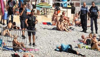إجبار امرأة على خلع البوركيني في فرنسا (صور)