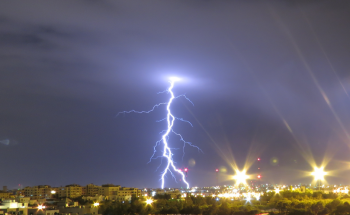 البرق يضيء سماء مناطق في المملكة (صور)