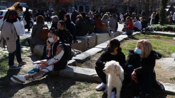 زلزال اليونان يدفع السكان لقضاء ليلتهم في الشوارع