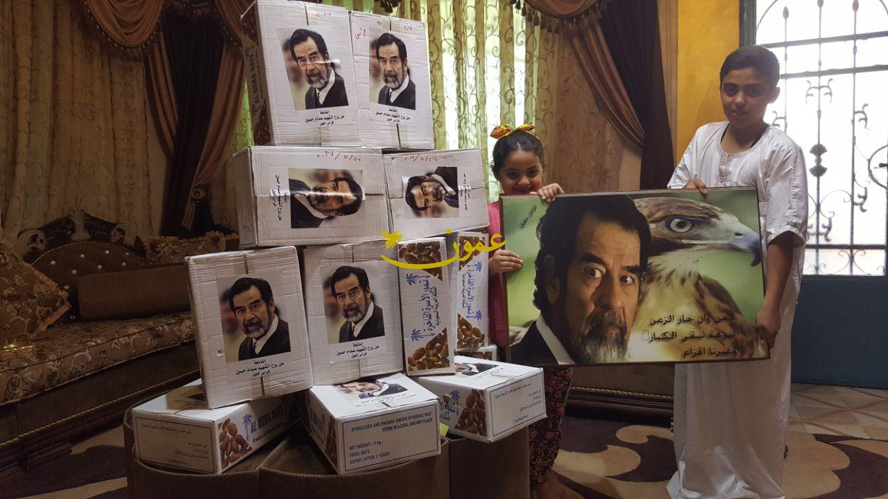 مواطن يوزع التمور عن روح صدام حسين