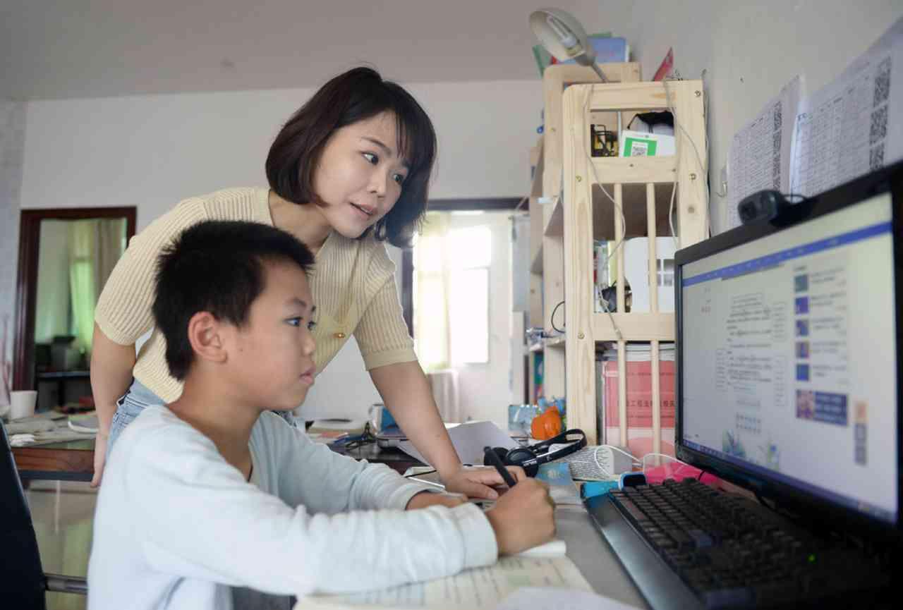 الصين تدرس تشريعاً يمنع الوالدين من فرض عبء دراسي زائد على الأطفال