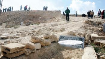 لجنة من الاوقاف ومؤسسات حكومية تحقق بالاعتداء على مقبرة الرصيفة