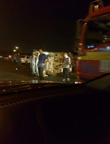 تدهور مركبة محملة بالخضار على طريق المطار