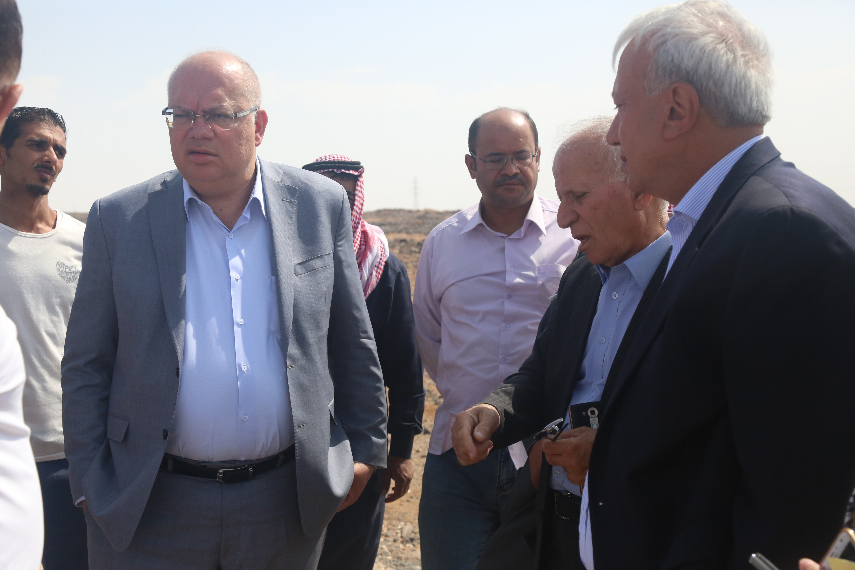 هلسة يتفقد الطريق المؤدية الى الحدود العراقية