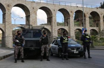 مخالفة 48 مواطنا لعدم إلتزامهم بأومر الدفاع في عمان