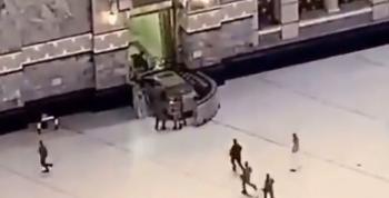 مركبة تقتحم الحرم المكي (صور وفيديو)