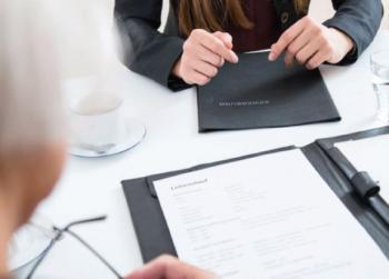 كيف تتفاوض على أول راتب تتقاضاه من عملك الجديد؟