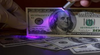 الدولار يعاني للتعافي من أدنى مستوى في 7 أسابيع