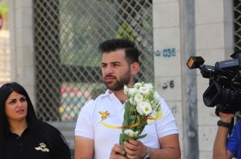 سوريون يوزعون الورود في عمان احتفالا بعيد الاستقلال (صور)