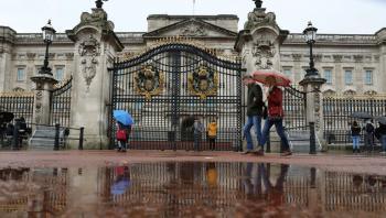 خادم في قصر باكنغهام يسرق مقتنيات ملكية ويبيعها بأبخس الأثمان