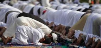 صلاة العيد عند الـ 7 صباحا ..  والاوقاف تعلن المصليات (اسماء)