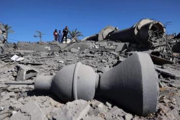 الاحتلال يستهدف المساجد والمقابر بقطاع غزة