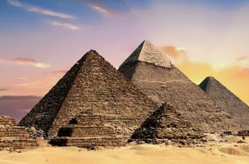 أدلة أثرية ونظريات اقتصادية تفند الأفكار القديمة عن بناة الأهرامات
