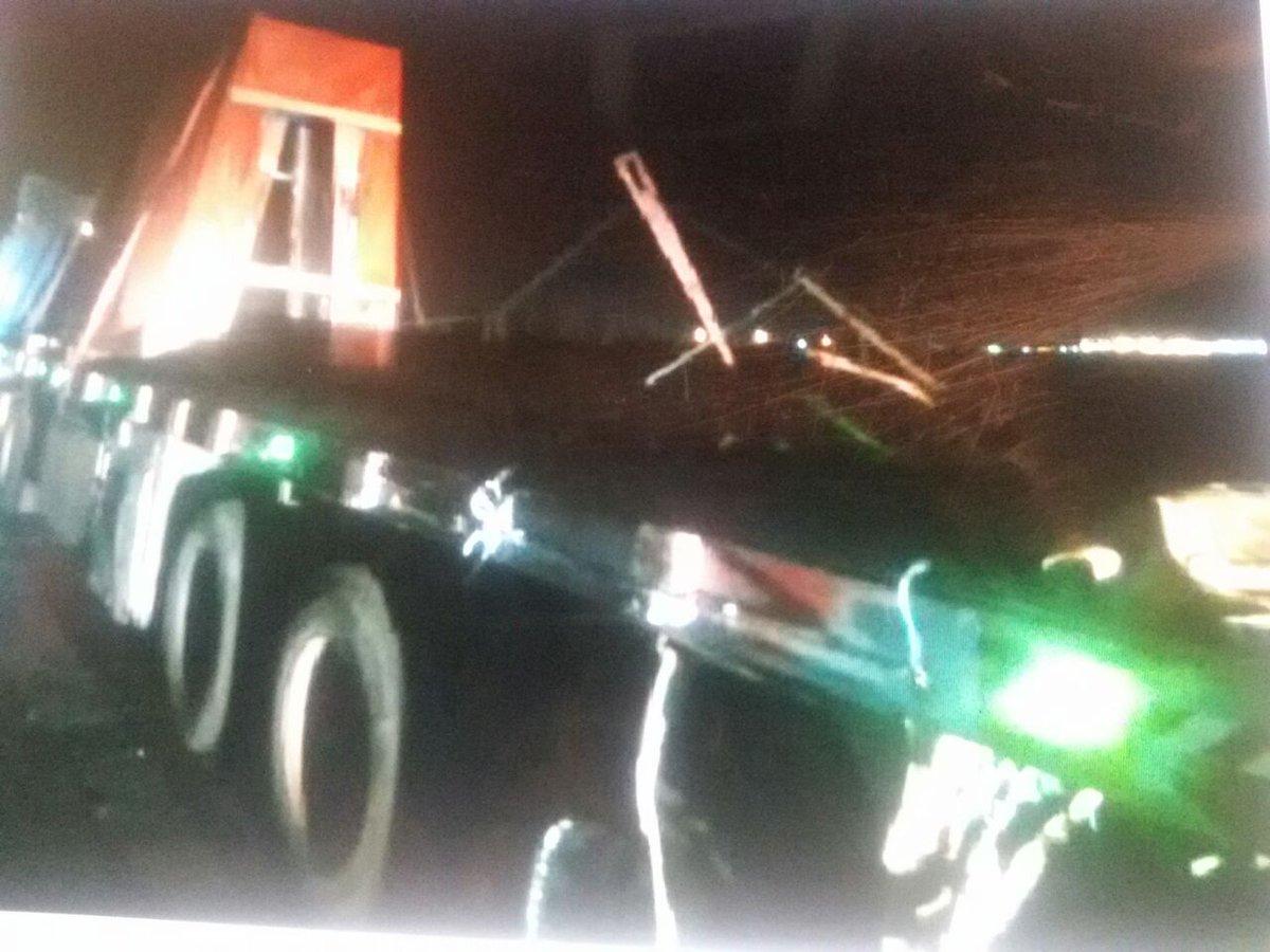 سقوط حمولة شاحنة من الزجاج على الطريق الصحراوي