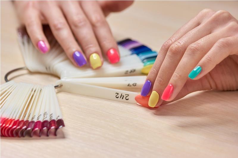 نصائح مهمة حول اختيار طلاء أظافر يناسب لون بشرتك