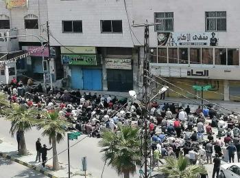 العشرات في عنجرة يؤدون صلاة الجمعة في الشارع العام