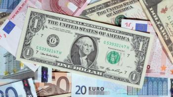 اليورو يرتفع والدولار يهبط