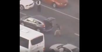 أراد أن يقتل الوقت في زحمة المرور ..  فماذا فعل؟