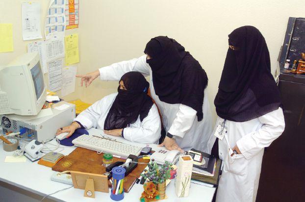 الصحة السعودية : منع الملابس الشفافة أو الضيقة أو المفتوحة