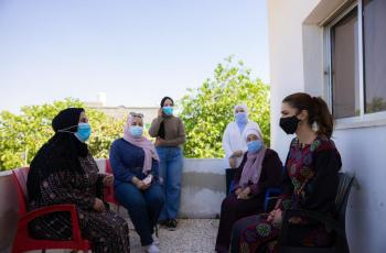 الملكة تزور قرية الفيصلية في مادبا وتلتقي سيدات جمعية اليسرى الخيرية