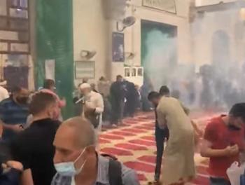 الاحتلال يغلق المصلى القبلي ويمنع اسعاف المصابين