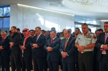 الملك يشارك المصلين أداء صلاة العيد ويتقبل التهاني في قصر الحسينية (صور،فيديو)