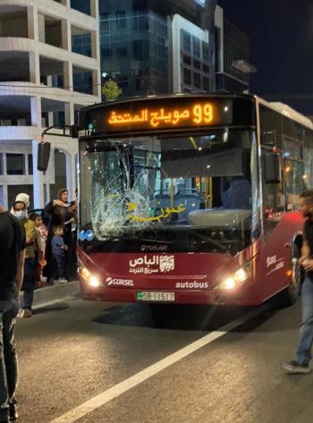 الباص السريع يدهس شخصاً قرب دوار المدينة الرياضية (فيديو)