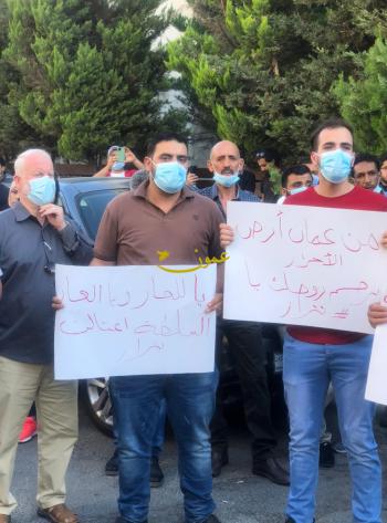 العشرات يعتصمون أمام السفارة الفلسطينية في عمان تنديداً بـ اغتيال الناشط بنات