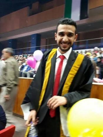 الدكتور الصيدلي عمر حسين الدباس مبارك التخرج