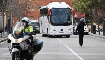 تحطيم زجاج حافلة ريال مدريد عند وصولها أنفيلد (فيديو)