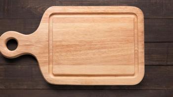 3 طرق لتنظيف لوح التقطيع الخشبي كي يبقى خالياً من الجراثيم