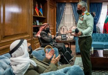 الملك يكرم ضابطي صف ولدا عام تأسيس الدولة وعاصرا تعريب قيادة الجيش