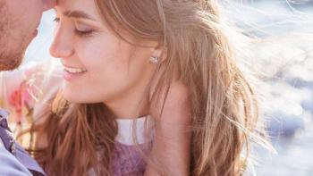 5 مؤشرات لغة جسد تدل على زواج صحي