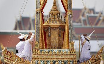 التايلانديون يستعدون لجنازة باذخة لملكهم الراحل