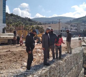 محافظ عجلون يتفقد صيانة الطرق المتضررة من الثلوج والأمطار
