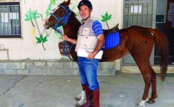لبنان ..  معلم يستخدم حصان للوصول إلى المدرسة