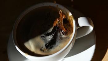 السعودية ..  رجل يقاضي زوجته بعدما سكبت كوب شاي ساخن على يديه