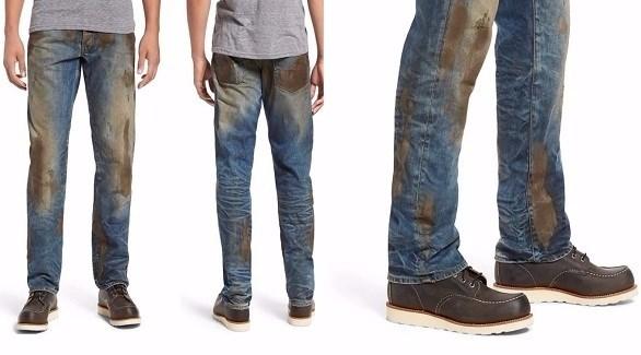 سروال جينز ملطخ بالوحل بسعر 425 دولاراً