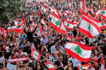 المتظاهرون اللبنانيون يزيلون جدران العزل الاسمنتية في محيط مجلس النواب