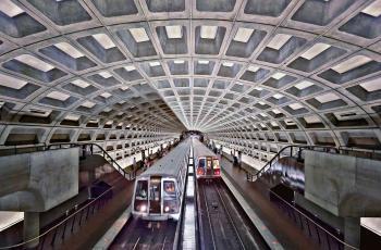شبكة مترو أنفاق واشنطن تعلق عمل 60% من أسطولها بعد خروج قطار عن مساره