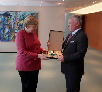 الملك يمنح المستشارة الألمانية ميركل وسام النهضة المرصع