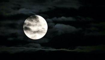 ناسا تكشف تغيرات شكل القمر لأول مرة
