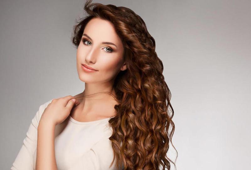 حافظي على صحة ورطوبة شعرك المجعد في الصيف