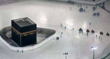 السعودية ..  رئاسة الحرمين تكشف مراحل تنظيف سطح الكعبة (فيديو)