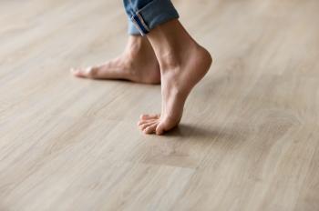 لماذا عليك تَجنُّب المشي حافي القدمين في المنزل