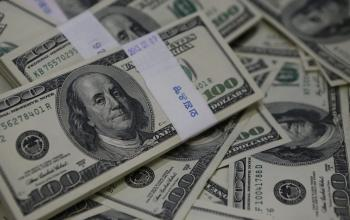 الدولار يهبط لأقل سعر في عامين ونصف العام
