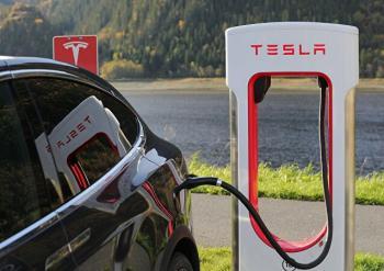خبراء: نظام أمان سيارات تسلا الكهربائية يمكن اختراقه خلال دقائق
