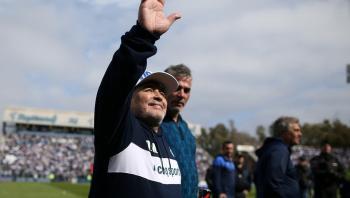 تكريماً لمارادونا ..  فيفا يدعو لدقيقة صمت في كل مباريات الأسبوع