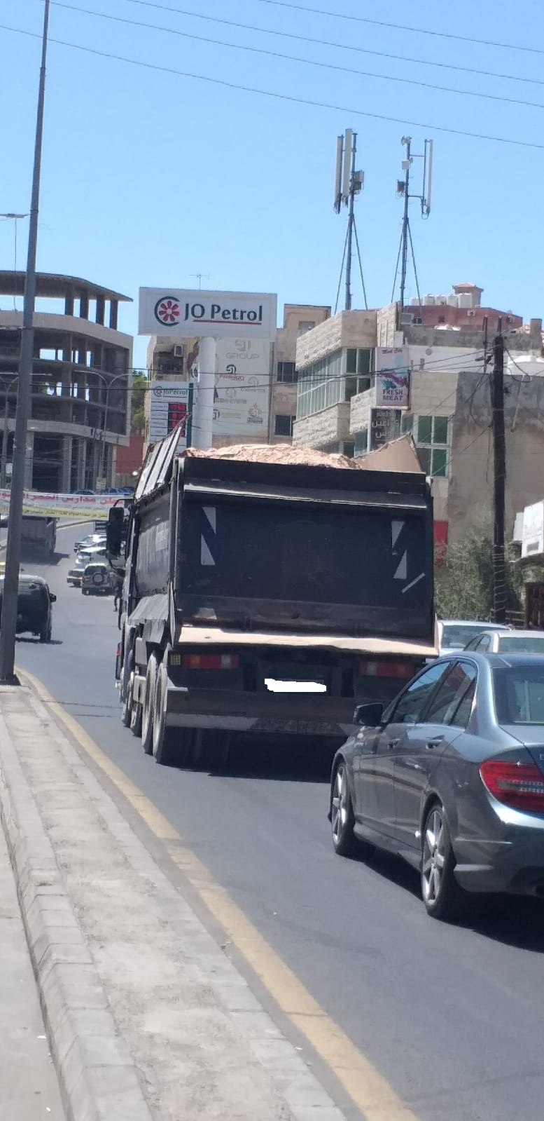 شكاوى من مرور شاحنات محملة بالحجارة والرمل في الفحيص