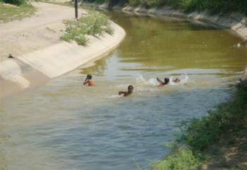 الدفاع المدني يحذر من السباحة العشوائية